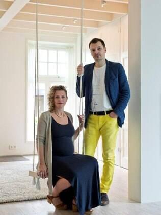 Ronald Olthof e a esposa Sofie Suiker grávida de gêmeos
