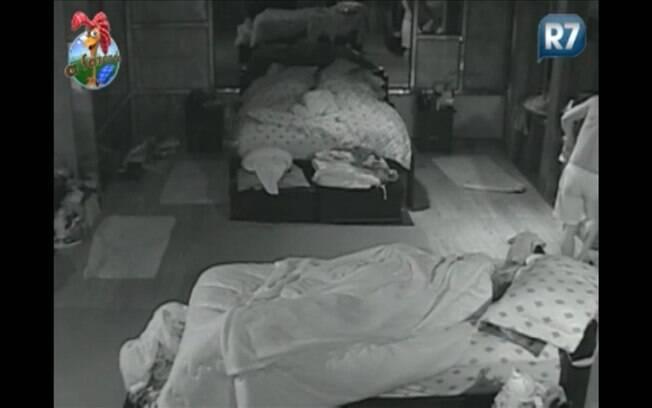 Na volta, Marlon aparece no canto da imagem após arrumar travesseiro da colega