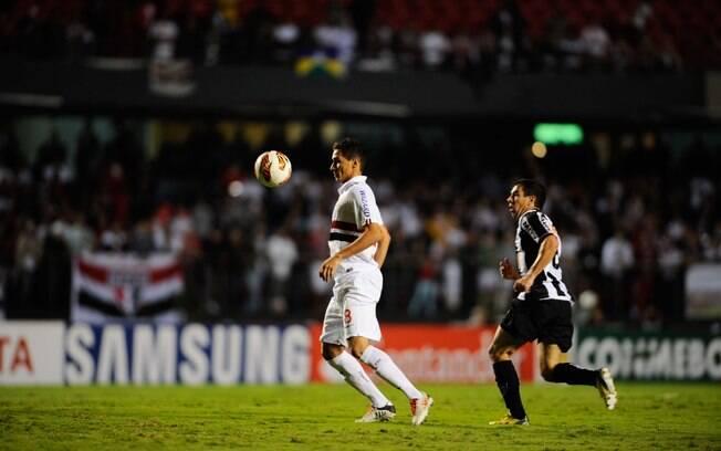 Ganso mata bola no peito no jogo entre São  Paulo e Atlético-MG
