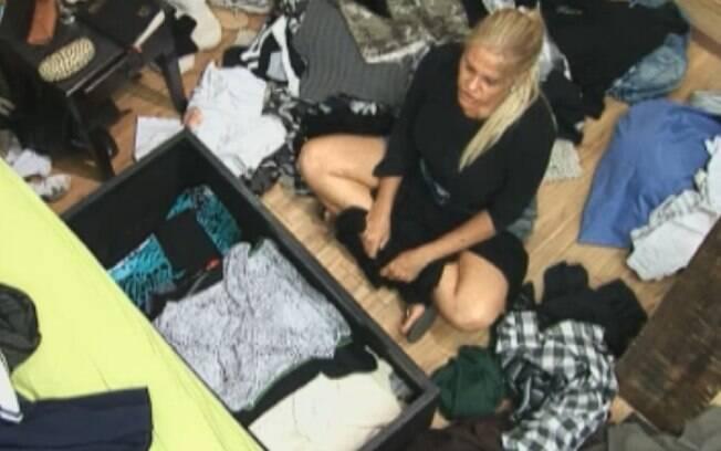Monique Evans espalhou algumas peças pelo chão para organizar tudo em uma caixa