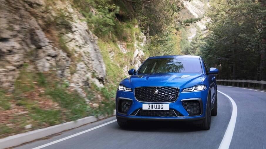 O novo F-PACE chega ao mercado com duas opções de motorização, 3.0, seis cilindros em linha e 340 cv e V8 5.0 com 550 cv.