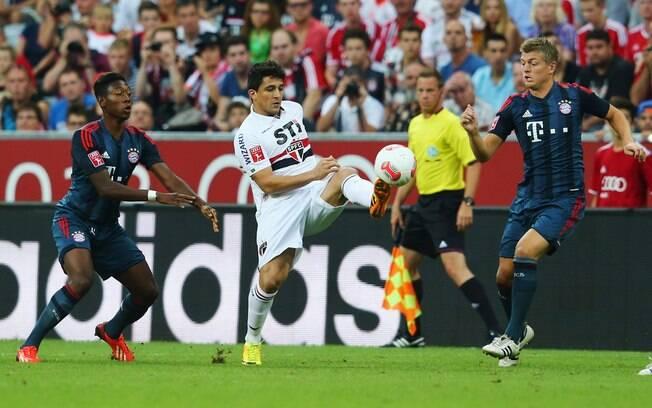 Observado por Alaba e Toni Kroos, Aloísio  tenta dominar a bola na partida entre São Paulo e  Bayern de Munique pela Copa Audi