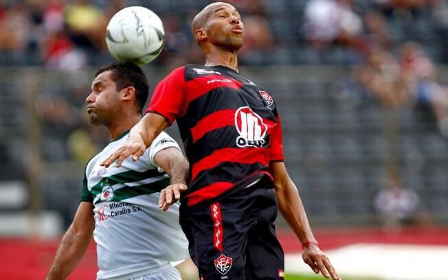 Dinei, do Vitória, disputa bola com rival do  Juazeiro em partida do Campeonato Baiano