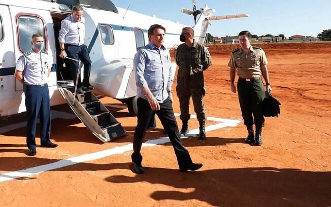homem saindo de avião