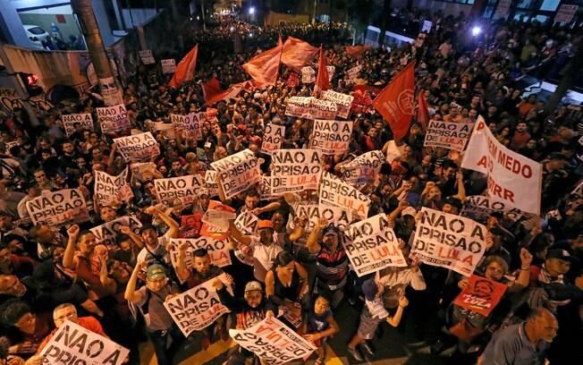Manifestantes fizeram vigília contra prisão a prisão de Lula em frente a sindicato em São Bernardo do Campo (SP)