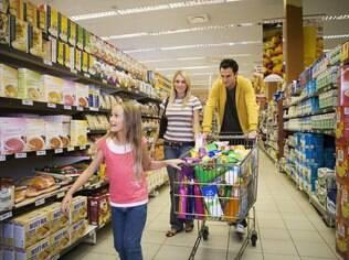 A ida ao supermercado pode ser mais tranquila com pequenos truques como fazer uma lista para as crianças