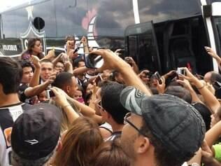Torcida fez bela festa na recepção aos jogadores do Atlético no aeroporto de Varginha, cidade que receberá Galo x Caldense