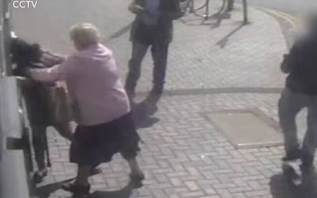 Vídeo de câmeras de segurança mostrou momento no qual idosa foi atacada