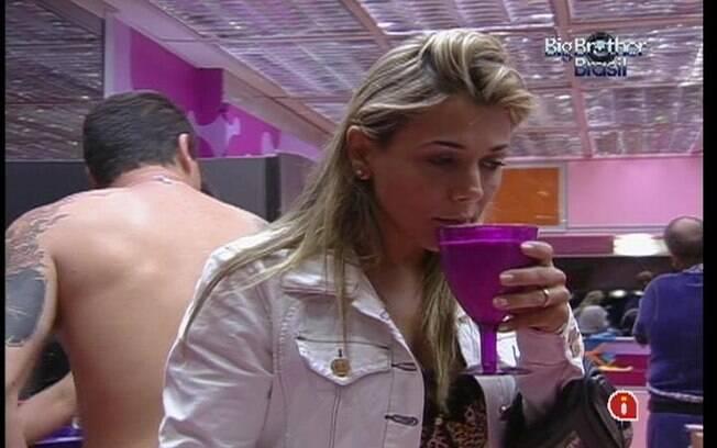 Com o fim da dieta, Fabiana toma leite na cozinha
