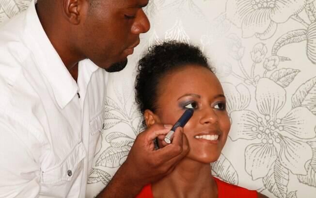 Willians Santos ensina a leitora Paula Coelho a valorizar a beleza sem errar na maquiagem