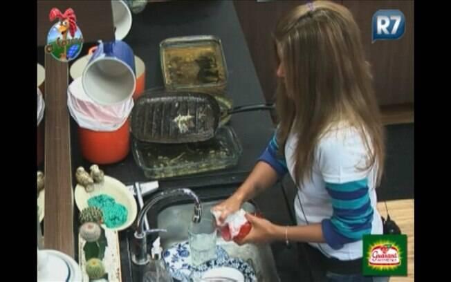 Água gelada não é obstáculo para Raquel, que lava a louça tranquilamente