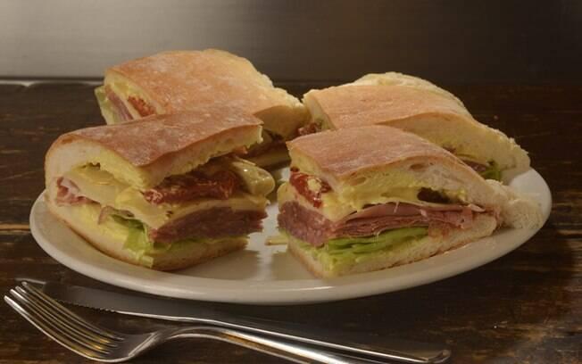 Já pensou em fazer um sanduíche com o ferro de passar?