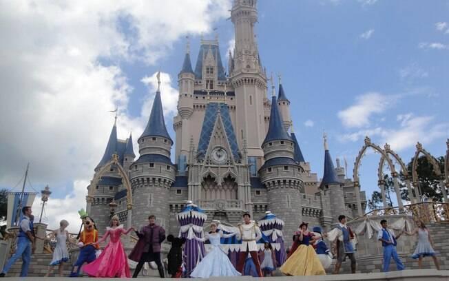 Musical com personagens da Disney é apresentado em frente ao Castelo da Cinderela