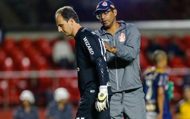 Técnico do Penapolense, Narciso consola Rogério Ceni após vitória do Penapolense sobre o São Paulo nos pênaltis
