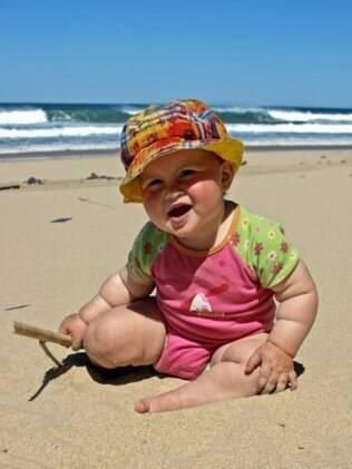 Bebês de até um ano só devem ir à praia nos horários adequados, por pouco tempo e protegidos com roupinhas leves