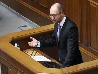 Yatsenyuk, de 39 anos, é um ex-banqueiro milionário que já atuou como ministro da Economia e das Finanças antes de Yanukovich assumir a Presidência, em 2010