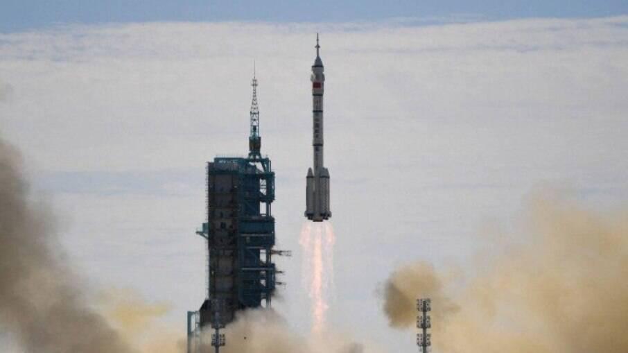 Foguete Longa Marcha 2F levou a nave Shenzhou-12 com os astronautas para a nova estação espacial da China