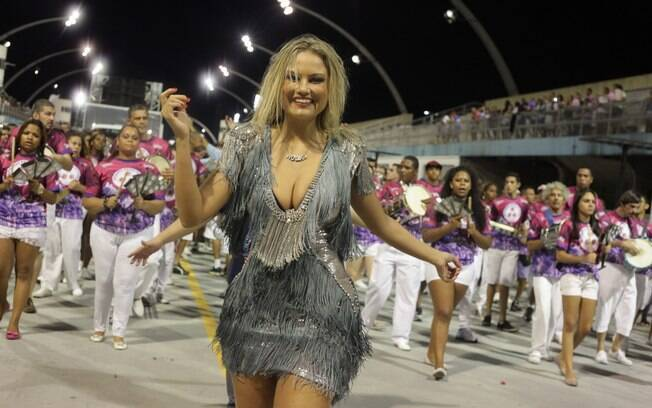 Ellen Rocche cai no samba no ensaio da Rosas de Ouro
