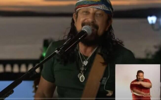 O intérprete Roberto Carlos Silva dos Santos, na live de Bell Marques