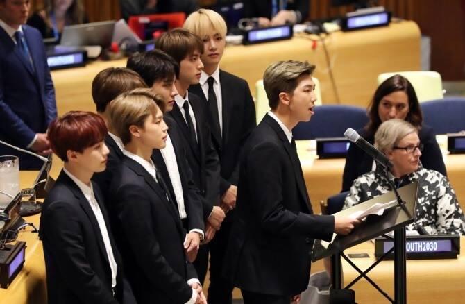 BTS discursando na Assembleia Geral das Nações Unidas em Nova York. Foto: Reprodução
