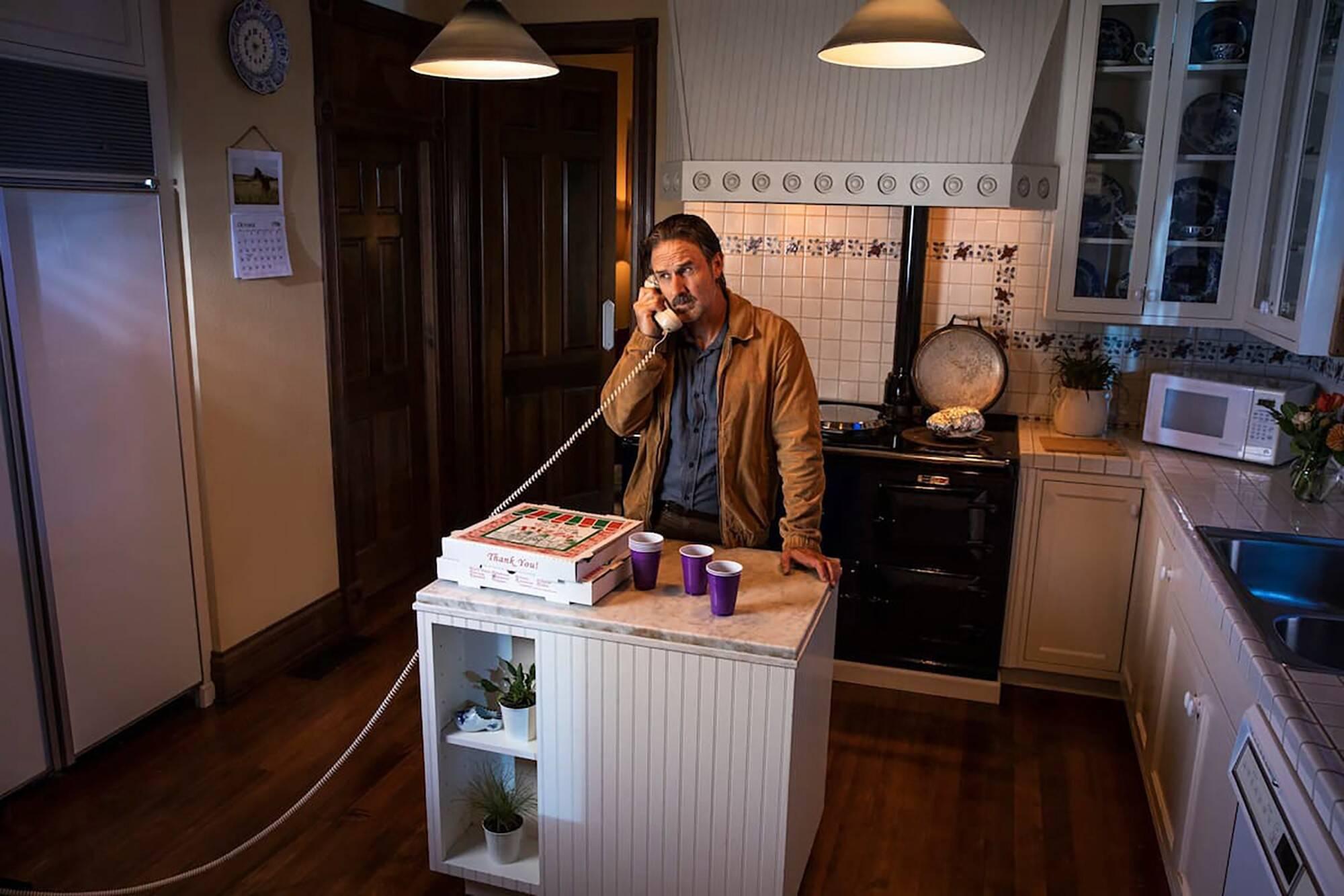 David Arquette na cozinha do filme. Foto: Reprodução/Airbnb
