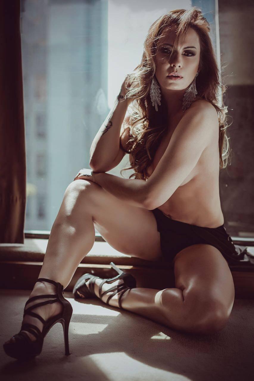Nubia Oliiver mostra estar mais em forma do que nunca em novo ensaio sensual. Foto: Samuel Melim