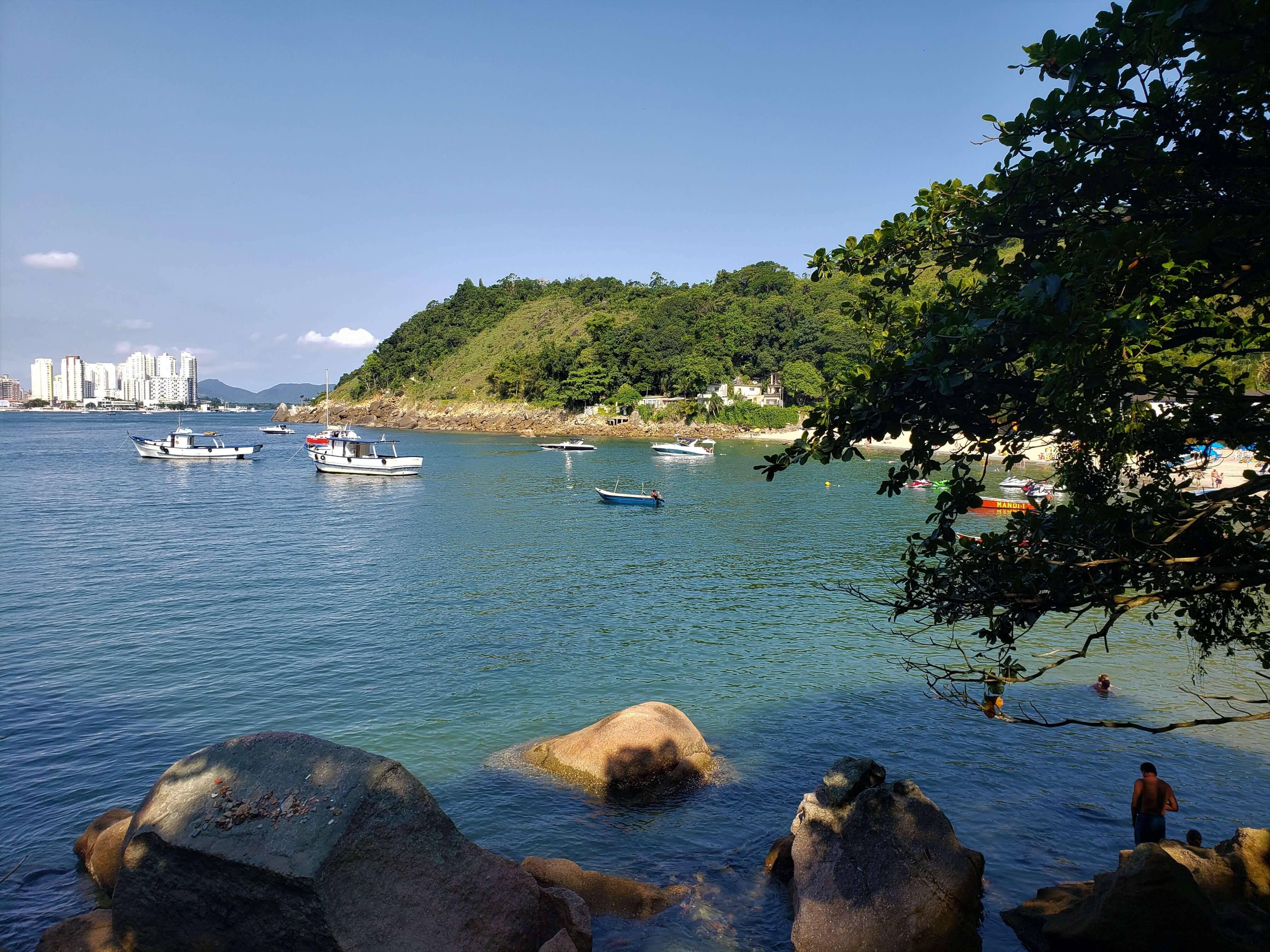 A Praia do Góis é uma vila de pescadores cercada por mata atlântica. Foto: Reprodução/Viajante Curioso