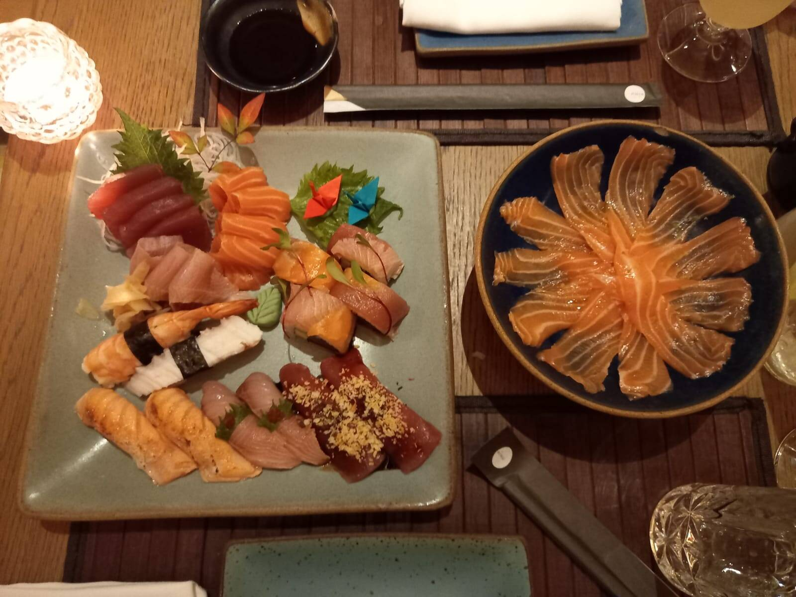 O combinado misto (esquerda), prato principal do cardápido exclusivo, e o Usuzukuri (direita), a entrada. Foto: Portal iG/Camila Cetrone