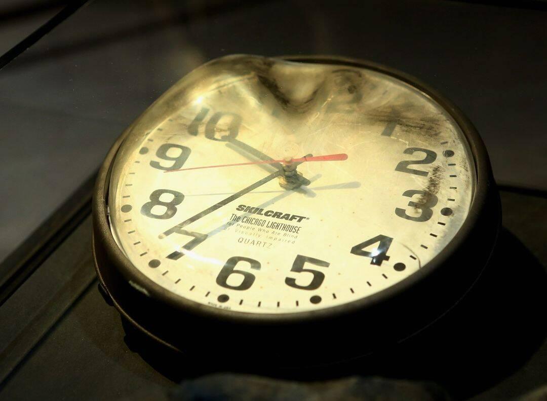Parado no tempo. Recuperado do Centro de Comando da Marinha do Pentágono, este relógio parado para sempre às 9h37 marca o momento em que o vôo 77 da American Airlines colidiu com o Pentágono. Foto: Reprodução/Instagram