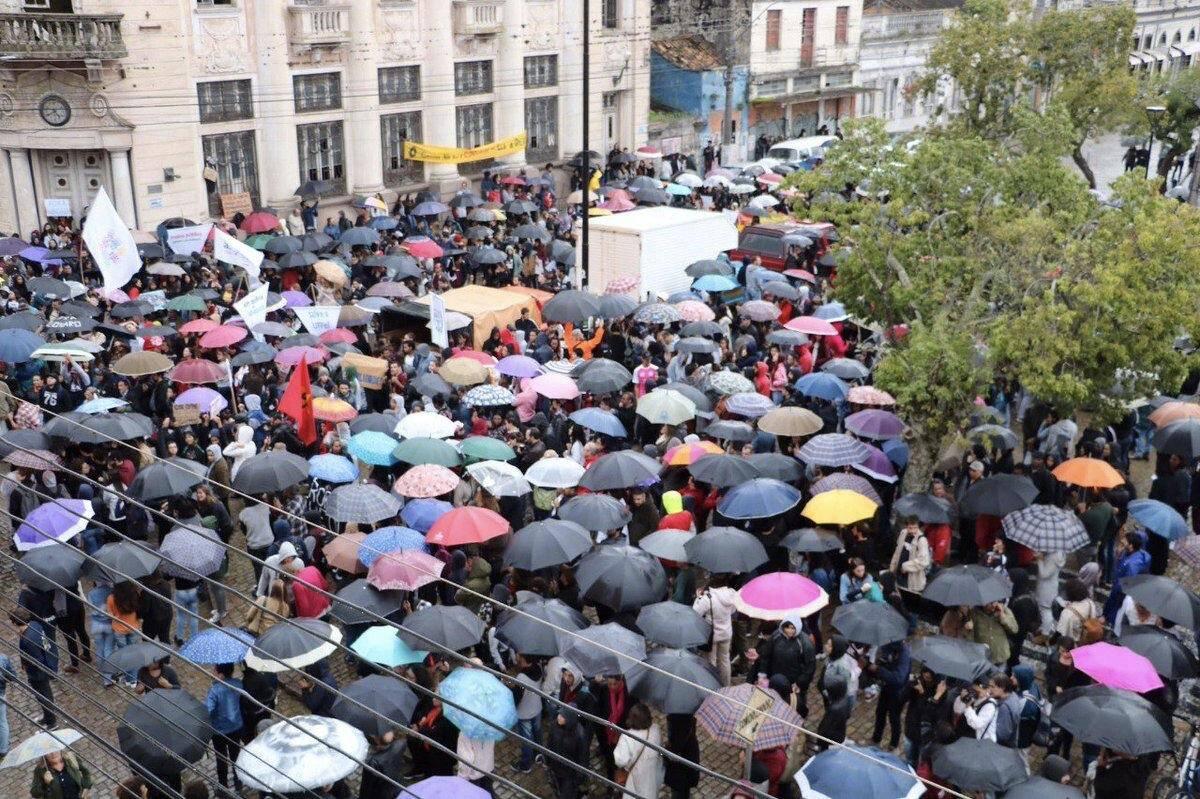 Em Pelotas, estudantes usaram guarda-chuvas em referência ao ministro Weintraub. Foto: Reprodução/Twitter - @psol50