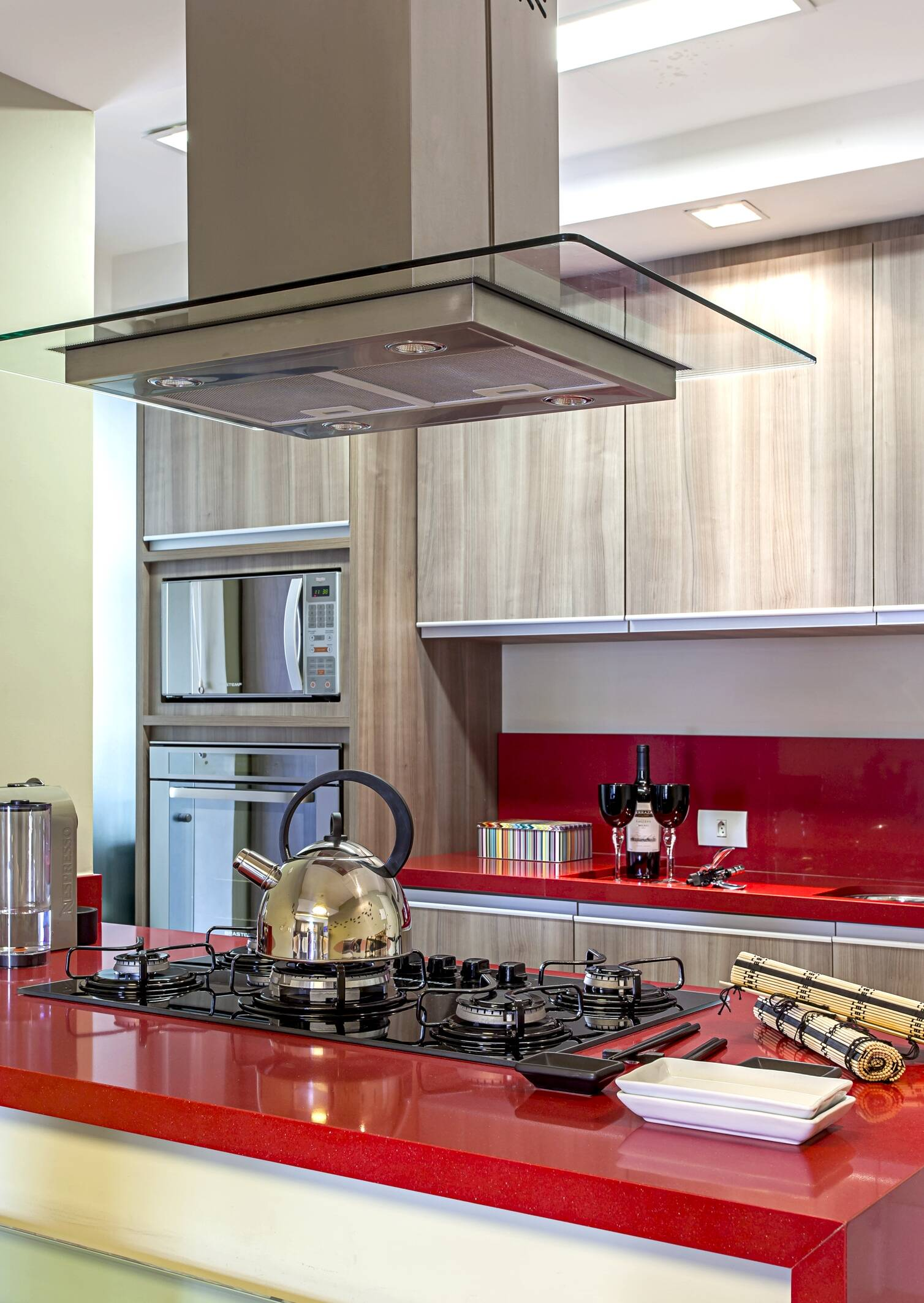 Bancada de cozinha com um toque de cor: por que não apostar no vermelho? O tom traz vida ao ambiente. Foto: Carlos Piratininga
