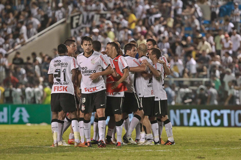 O Corinthians voltou a emplacar vitórias, retomou a liderança e foi campeão brasileiro. Foto: Futura Press