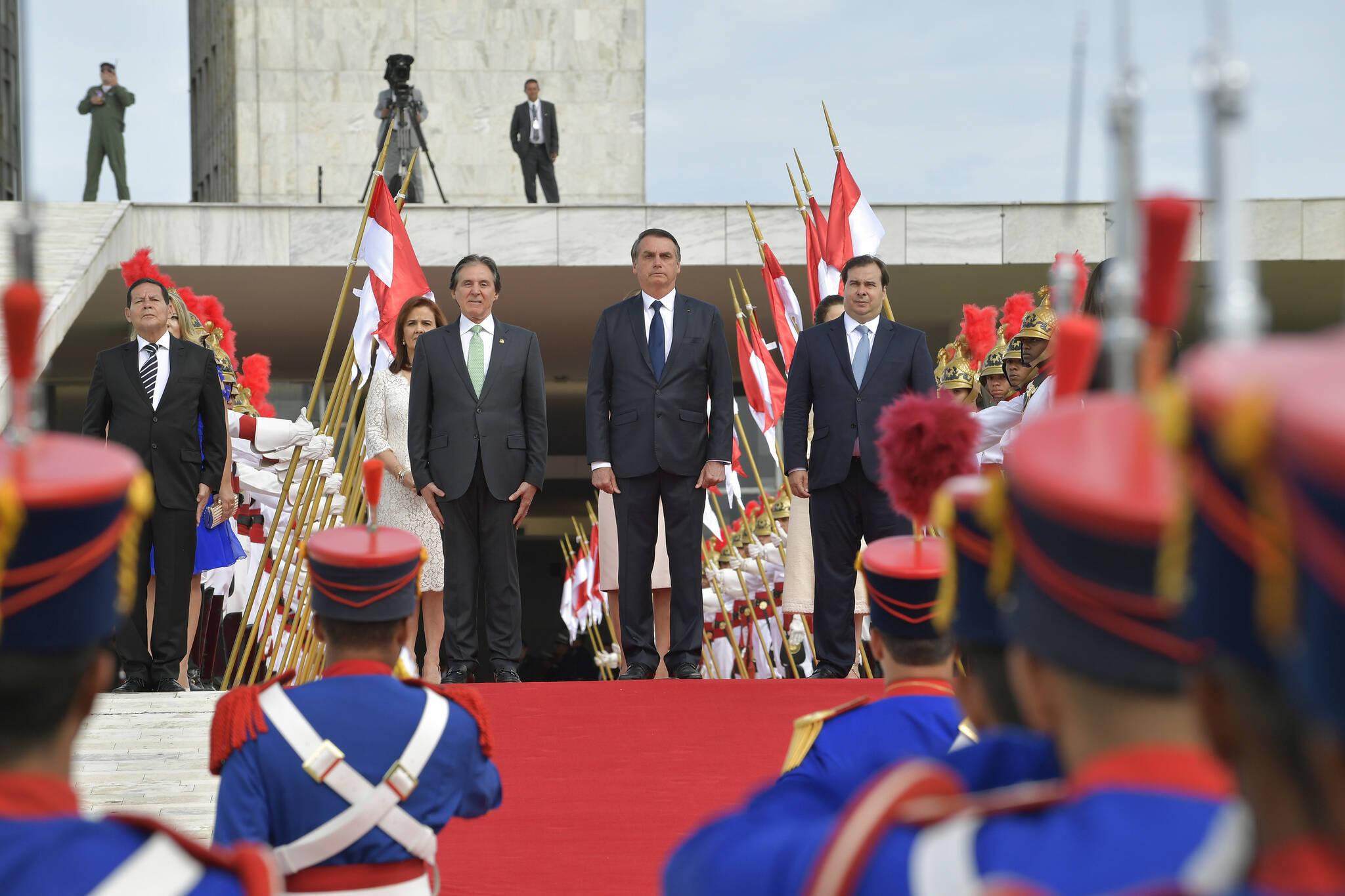 Presidente caminhou pelo tapete vermelho em meio a militares, ao lado de Eunício Oliveira e Rodrigo Maia. Foto: Jefferson Rudy/Agência Senado - 1.1.19