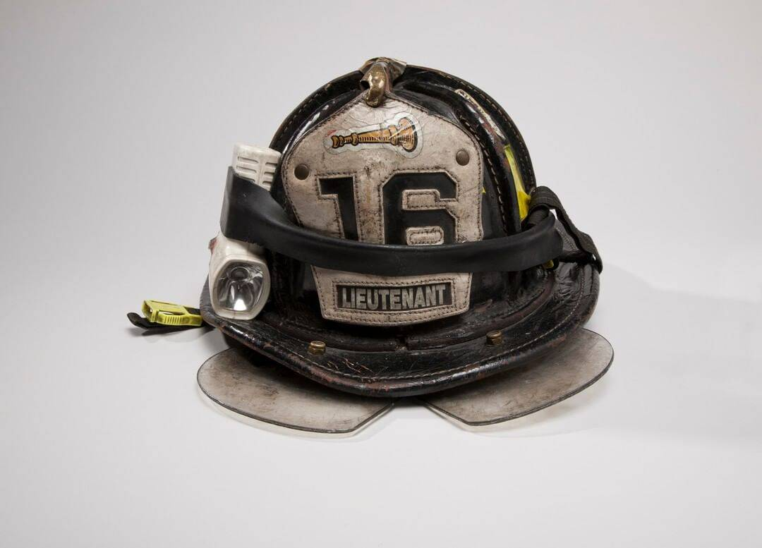 O tenente Mickey Kross do FDNY estava fazendo a papelada no quartel dos bombeiros da Engine Company 16 quando recebeu a ordem de despachar para o World Trade Center. Ele se reportou ao 23º andar da Torre Norte. Após ordens de evacuação, ele estava descendo a escada B quando ouviu um barulho alto. O prédio estava caindo. Kross encolheu o corpo em um canto da escada. Poucas horas depois, protegidos pela escada, Kross, 11 outros membros do FDNY, um oficial do PAPD e um civil emergiram relativamente ilesos em uma paisagem de aço retorcido e escombros. Foto: Reprodução/Instagram