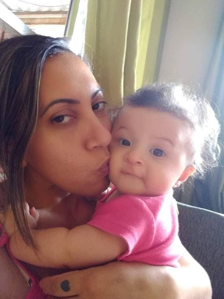 A servidora pública Juliana Azevedo, de 39 anos, segurando a filha Ayla Sales Azevedo Nascimento, hoje com seis meses de vida.. Foto: Arquivo pessoal