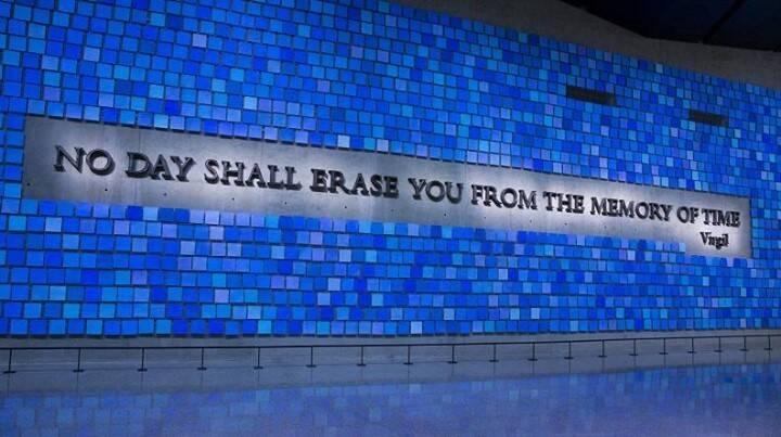 """Mural com a inscrição """"Nenhum dia deve apagá-lo da memória do tempo"""". Foto: Reprodução/Instagram"""