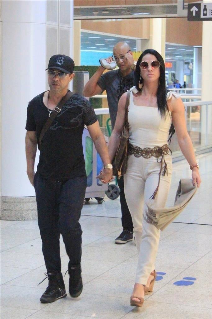 Zezé DiCamargo e Graciele Lacerda embarcam no aeroporto de Santos Dumont, no Rio de Janeiro. Foto: Fábio Moreno/AgNews
