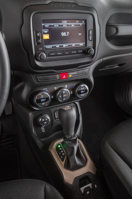 Controles analógicos e digitais facilitam facilitam a operação e entendimento dos botões. Repare no canto inferior esquerdo o seletor eletrônico de tração. Foto: Divulgação