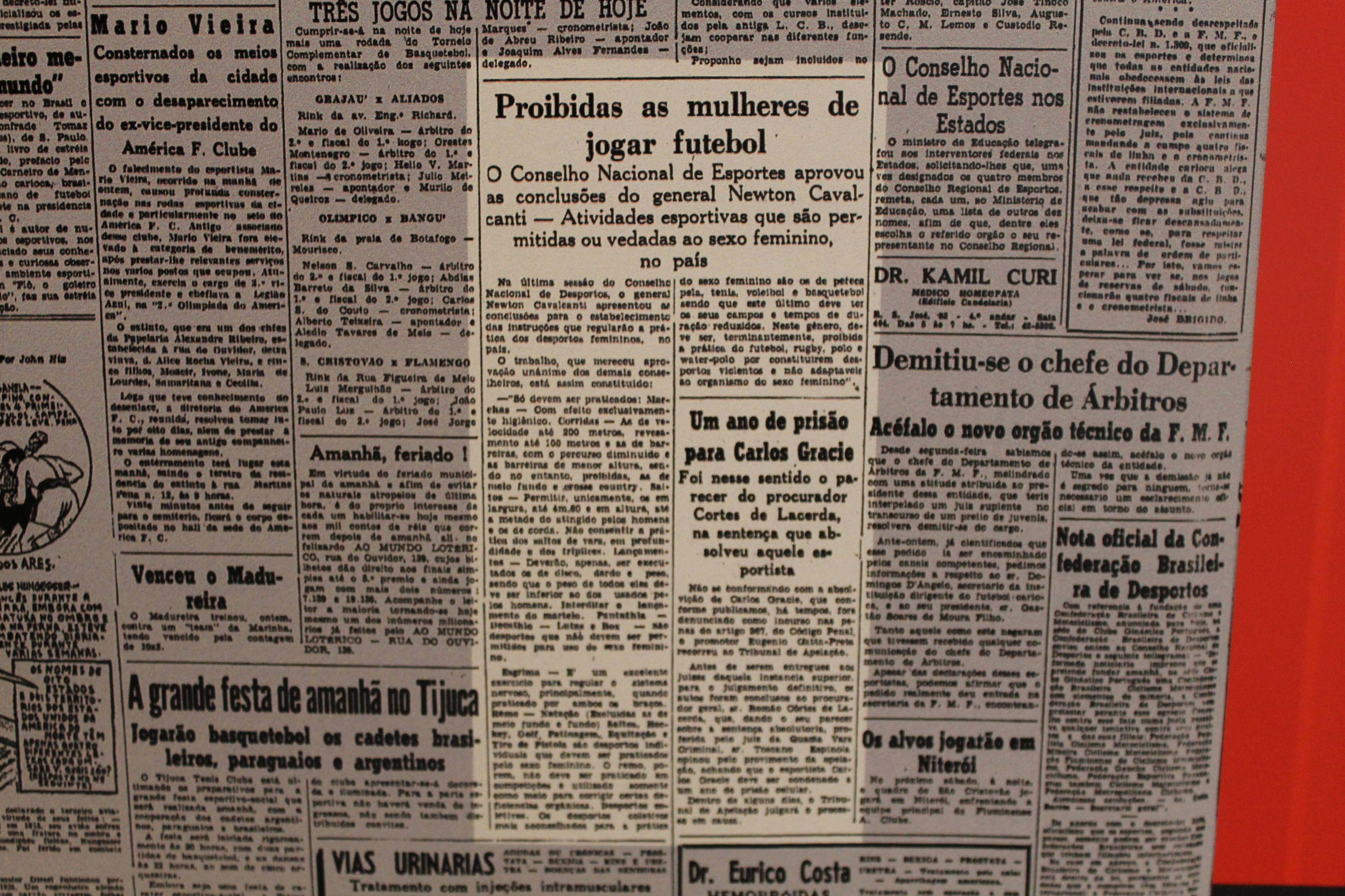 Manchetes de jornais brasileiros dos anos 1940 contra o futebol feminino. Foto: Flavia Matos/ IG