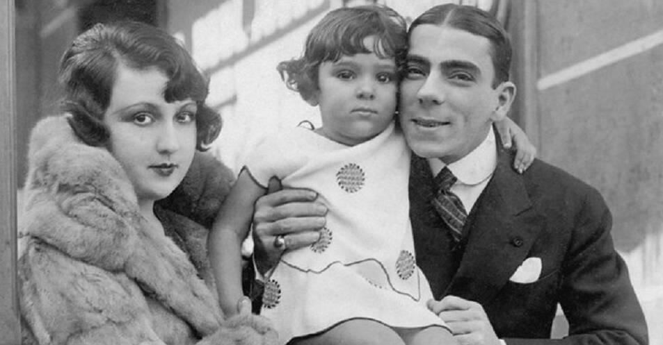 Bibi Ferreira aos 3 anos com o pai, Procópio Ferreira e mãe Aída Izquierdo. Foto: Reprodução