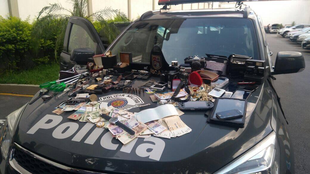 Os suspeitos revelaram que faziam furtos em residências e durante as buscas dos PMs vasto material foi encontrado. Foto: Divulgação/Polícia Militar