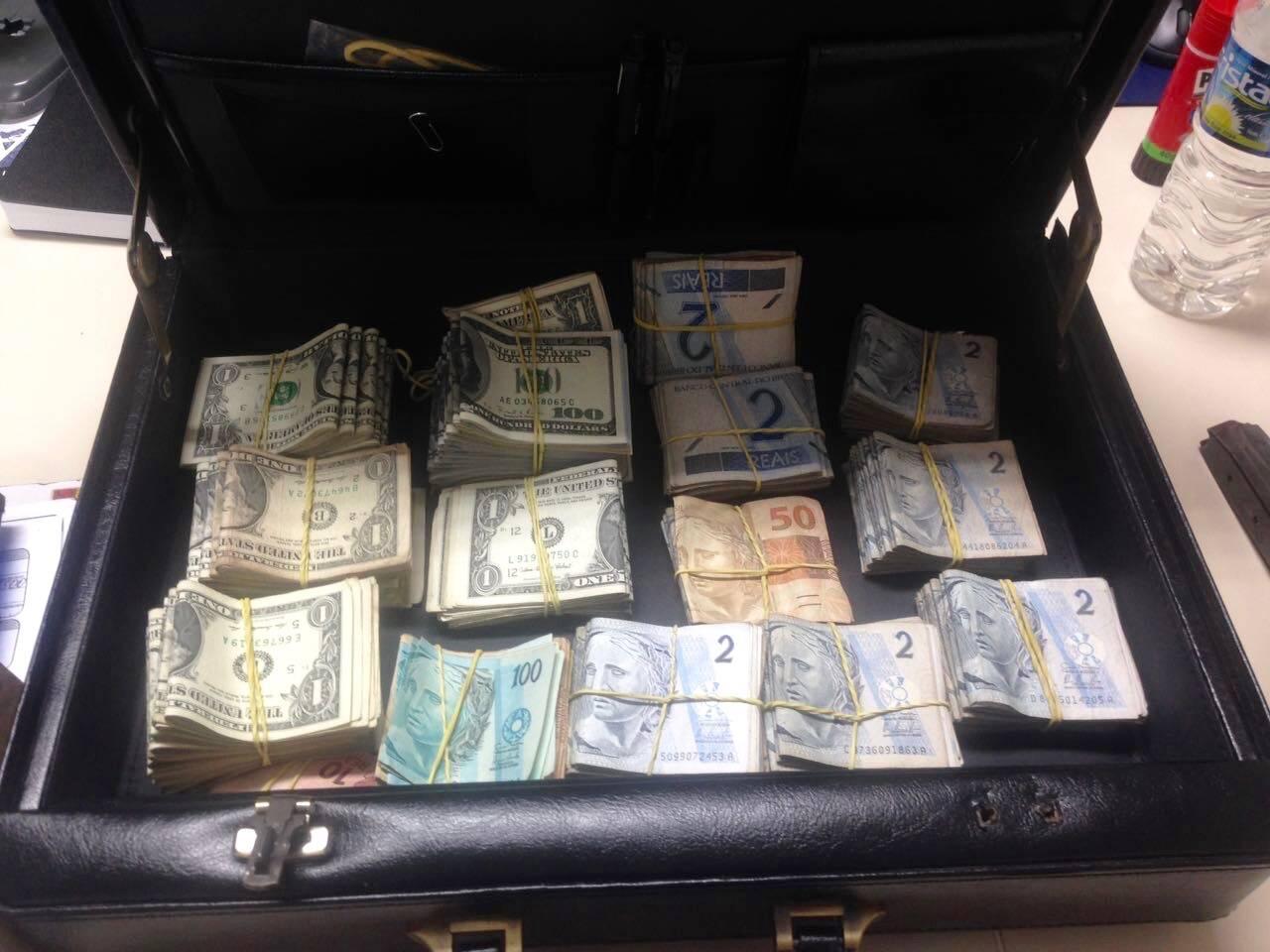 Detalhe do dinheiro apreendido com os bandidos. Foto: PM Divulgação