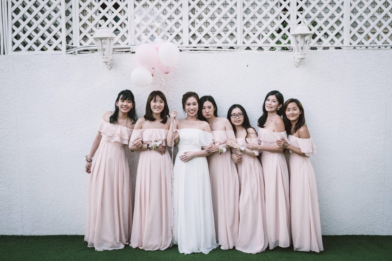 Madrinhas com vestidos iguais. Foto: Reprodução/Unsplash