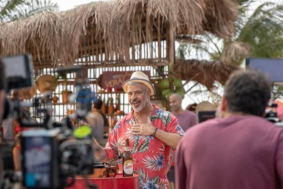 Lulu Santos estrela campanha de cerveja com Aline Riscado. Foto: Carol Godefroid
