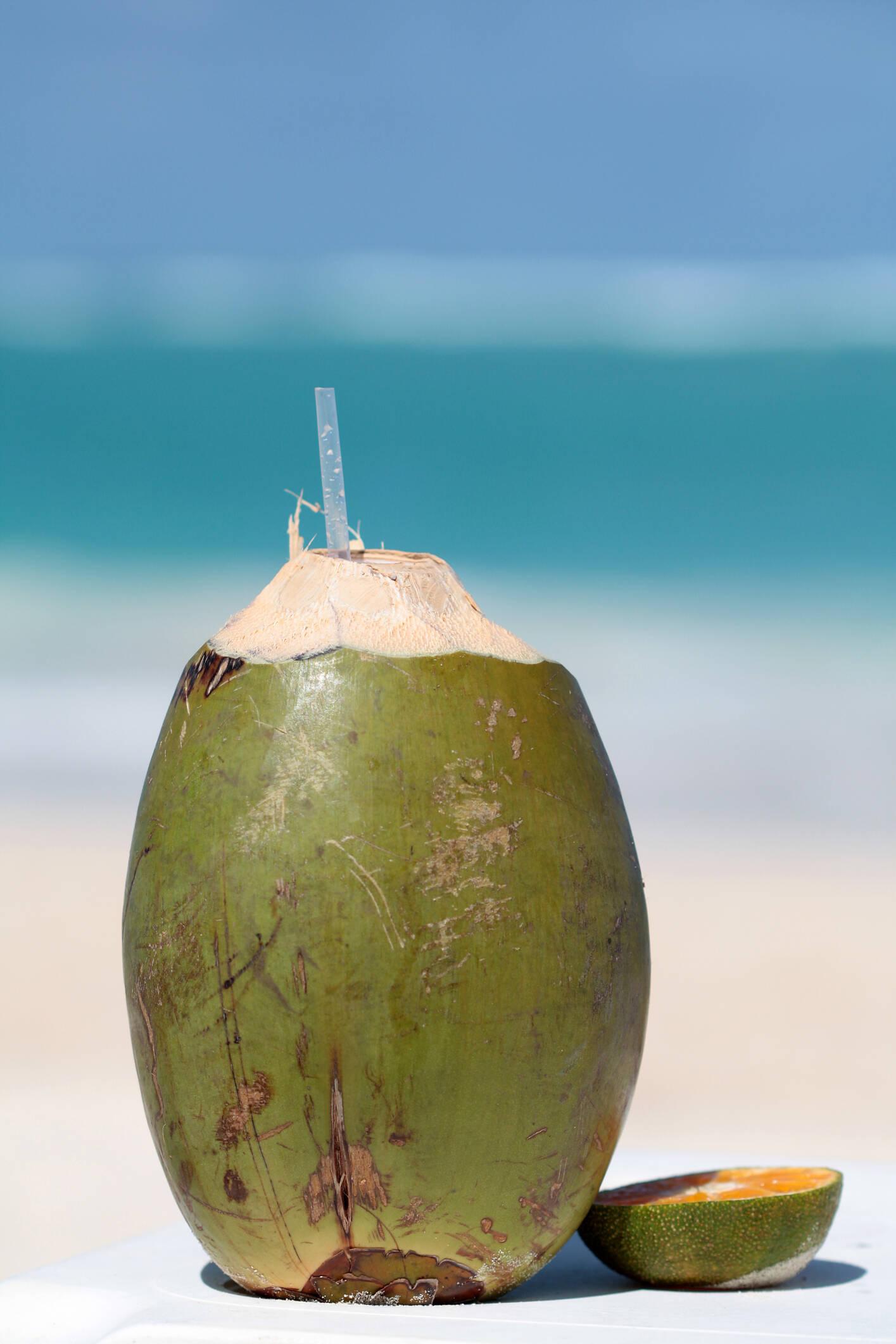 Água de coco: o álcool tem ação diurética e faz com que a pessoa perca muito potássio e sódio. Além de hidratar, água de coco repõe estes minerais. Foto: Getty Images