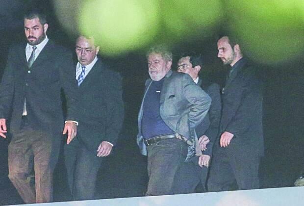 Retrospectiva 2018: Já por volta das 22h20 do dia 7 de abril de 2018, Lula é visto chegando de helicóptero ao prédio da Superintendência da Polícia Federal, em Curitiba, onde começa a cumprir a pena de 12 anos e 1 mês de prisão. Foto: GERALDO BUBNIAK/ESTADÃO CONTEÚDO