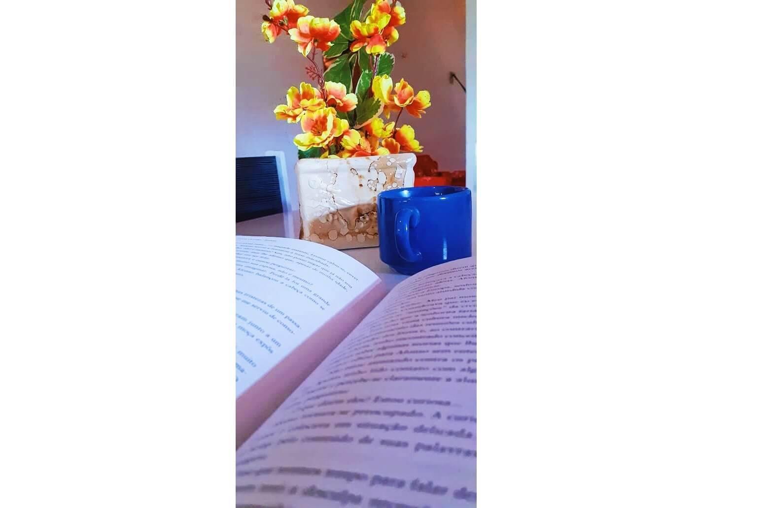 Ler um livro e saborear um café..., por José Cledson Araújo dos Santos. Foto: José Cledson Araújo dos Santos