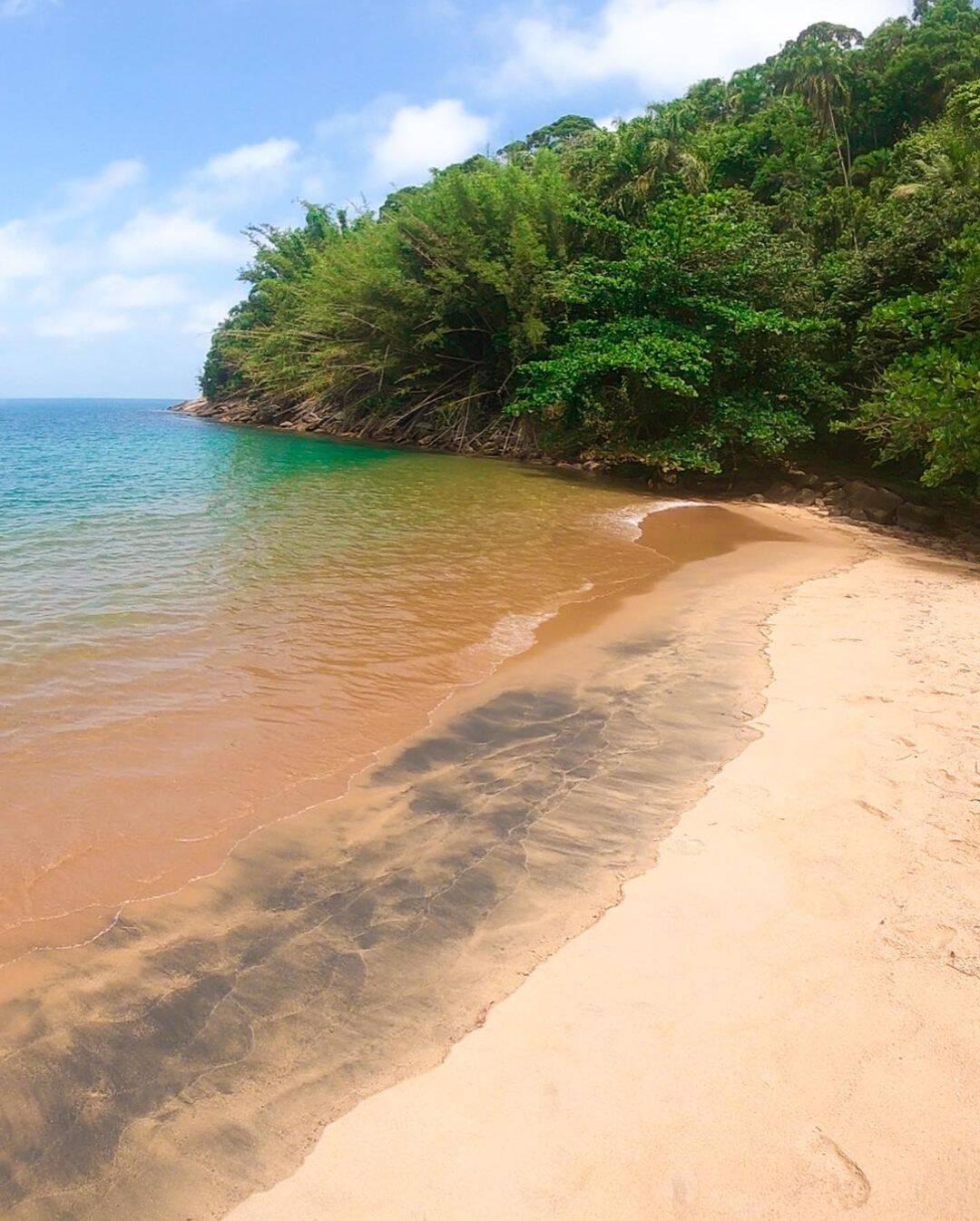 """""""Um pequeno paraíso verde, águas calmas e quentes"""", diz Felipe Abílio sobre a Praia do Leste. Foto: Reprodução/Instagram"""