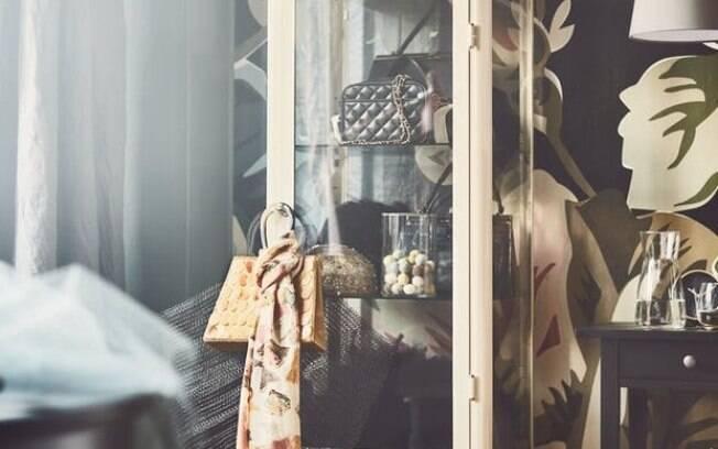 Para arrasar na decoração de interiores, armários de vidro, como o da foto, podem ser ótimas opções, segundo o catálogo . Foto: Divulgação/Ikea