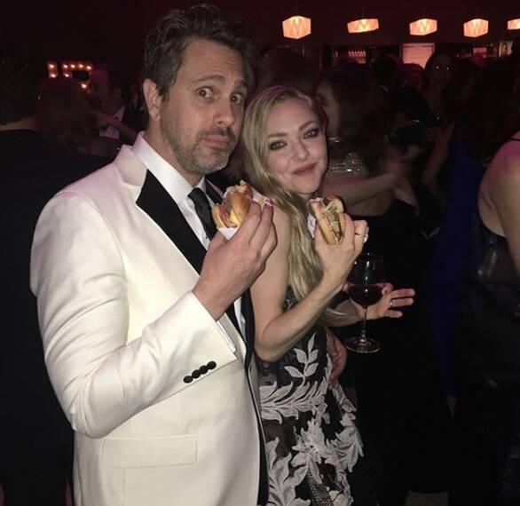 O casal de atores, Thomas Sadoski e Amanda Seyfried aproveitaram o Oscar 2018 para fazer uma boquinha e compartilhar o momento em um clique. Foto: Reprodução Instagram